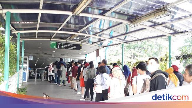 Jam Operasional Dibatasi, Penumpang TransJakarta Antre Parah