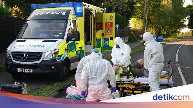 Potret Kesibukan Petugas Ambulans COVID-19 di Inggris