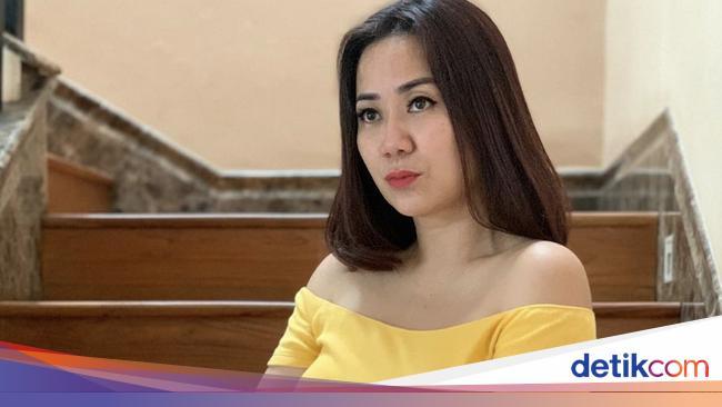 Di Balik Foto-foto Seksi Tante Ernie Ada Suami yan