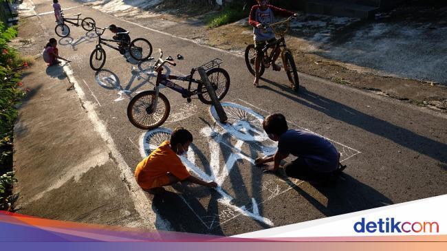 Kreatif Banget! Bocah di Solo Melukis Aspal Jalanan