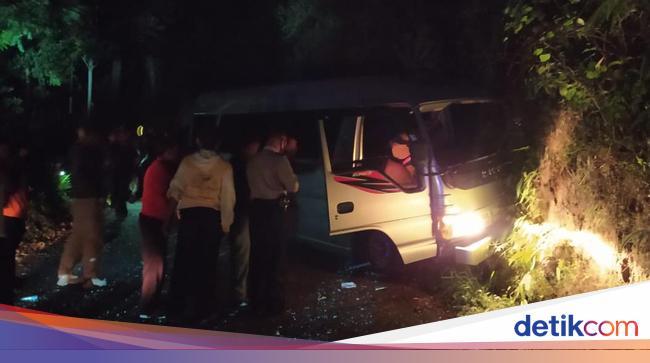 Minibus Angkut Belasan Pendaki Lawu Tabrak Tebing, 1 Orang Tewas