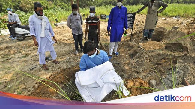 Potret Pilu Pria India Makamkan Putranya yang Tewas Akibat COVID-19