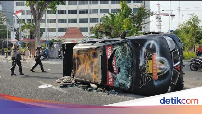 Mobil Mobil Polisi Dan Aparat Yang Dirusak Dibakar Masa Demo