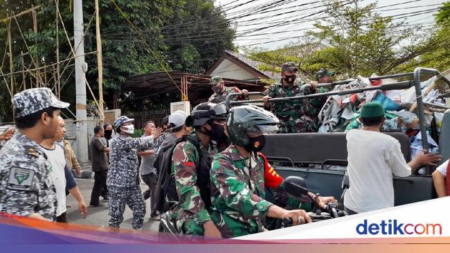 Pencopotan Baliho Habib Rizieq oleh TNI di Petamburan Ricuh