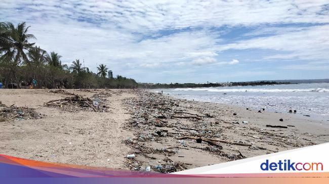 Pengujung Tahun 2020, Pantai Kuta Dipenuhi Sampah Terbawa Arus Laut