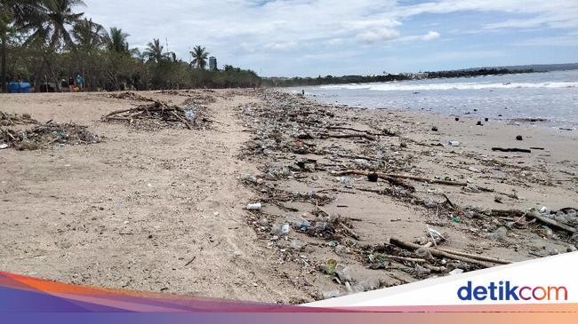 Duh... Sepanjang Pesisir Pantai Kuta Dipenuhi Sampah