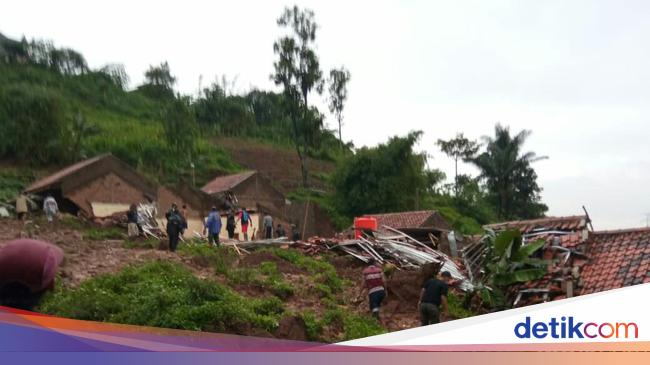 Longsor Menimpa 8 Rumah di Cimanggung Sumedang, Seorang ...