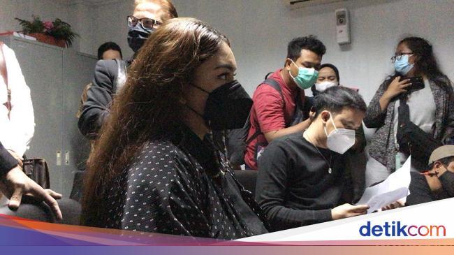 Tangis Thalita Latief Pecah Ungkap Perilaku KDRT Dennis Lyla