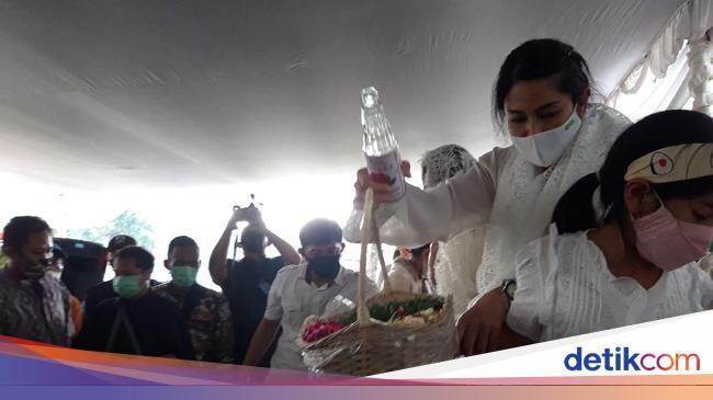 Dian Sastro dan Suami Merawat Adiguna Sutowo denga