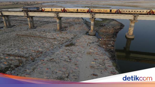 Ratusan Kuburan Korban Corona di Gangga, Sungai Paling Disucikan di India