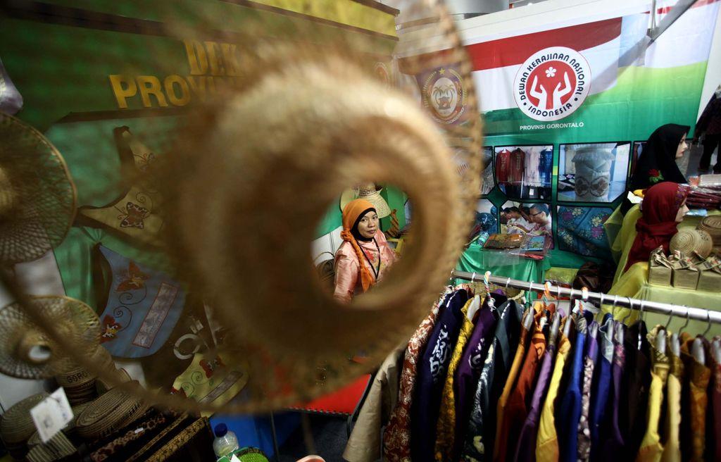 Pengunjung memilih hasil kerajinan UMKM yang dijajakan seperti tas anyaman, tikar, dan beragam busana yang terbuat dari rotan di Pameran Produk Kerajinan UMKM di SMESCO, Jakarta, Kamis (5/6/2014). Acara tersebut digelar oleh Dewan Kerajinan Nasional (Dekranas) dan UMKM dari seluruh Indonesia untuk meningkatkan daya saing dalam menghadapi pasar bebas ASEAN 2015. (FOTO: Rachman Haryanto/detikFoto)