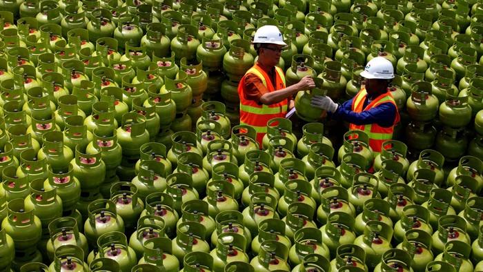 Petugas melakukan proses pengecekan tabung gas 3 kg yang telah diperbaiki dilapangan penimbunan tabung Depo Pertamina Gas Plumpang, Jakarta, Jumat (2/5/2014). Depo pertamina Plumpang memiliki kapasitas perbaikan 1500 tabung per hari.