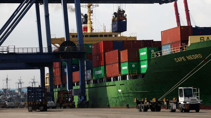 Kesibukan Pelabuhan Tanjung Priok tak pernah berhenti berdenyut. Kegiatan bongkar muat barang menjadi pemandangan sehari-hari. Yuk kita lihat aktivitas bongkar muat di pelabuhan yang terletak di Jakarta Utara tersebut.