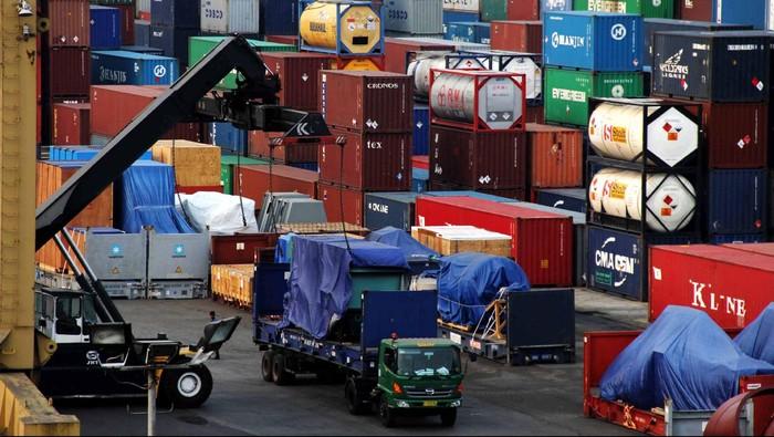 Aktivitas bongkar muat peti kemas di Pelabuhan Tanjung Priok, Jakarta, Selasa (25/9/2012). Pengamat Ekonomi dari Standard Chartered Bank mengatakan perekonomian dunia akan mengalami kenaikan pada level 3,2%. Pertumbuhan tersebut akan berdampak pada impor dan ekspor Indonesia pada tahun 2013.