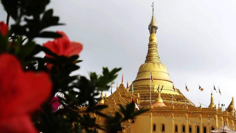 Pagoda Taman Alam Lumbini terletak di Desa Tongkoh, Kabupaten Karo, Sumatera Utara, Selasa (27/8/2013). Hawa sejuk berkabut di kaki Gunung Sibayak, menyambut wisatawan di areal taman seluas 30 hektar itu.