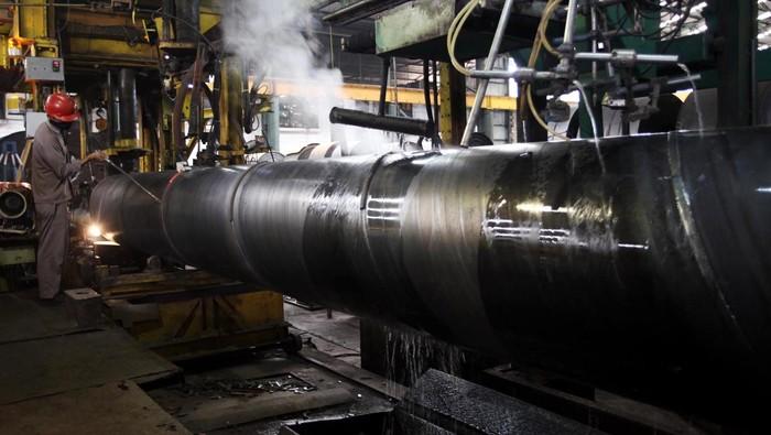 PT Krakatau Steel (persero) Tbk kembali membangun pabrik pipa baja untuk anak perusahaannya, PT Krakatau Hoogoven Indonesia di Cilegon. Total Investasinya mencapai Rp 335,6 miliar dengan target� kapasitas produksi 150.000 ton per-tahun. Yuk, kita lihat proses produksi pipa baja di pabrik tersebut.