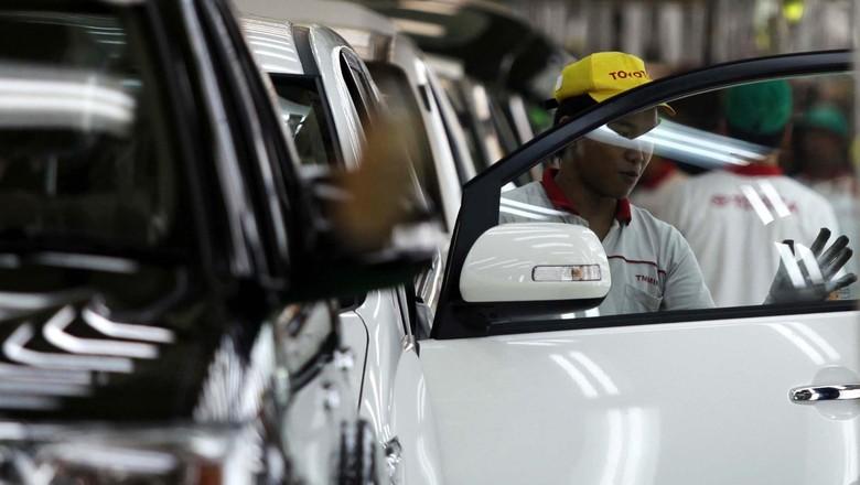 PT Toyota Motor Manufacturing Indonesia menargetkan memproduksi 150.000 unit mobil Innova dan Fortuner di tahun 2012. Selain pasar domestik kendaraan yang diproduksi juga diekpor ke 28 negara. Yuk, kita intip proses perakitan mobil di pabrik yang terletak di Karawang tersebut.