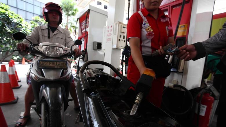 Pengendara motor mengisi bensin di SPBU (Foto: Hasan Alhabshy)
