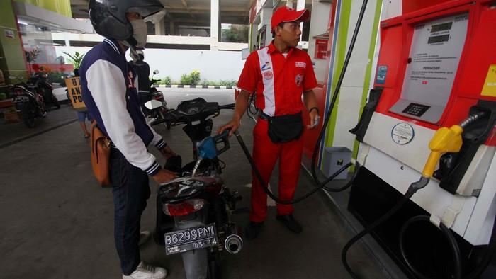 Pengendara motor terpaksa membeli Bensin Pertamax di SPBU Cikini, Jakarta Pusat, Rabu (19/6/2013). Premium di SPBU ini habis karena keterlambatan pengiriman karena maraknya aksi demonstrasi menolak kenaikan harga BBM di Jakarta. File detikFoto.