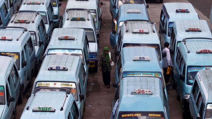 Angkutan umum menunggu penumpang di terminal Kampung Melayu, Jakarta Timur, Selasa (18/6). kenaikan Harga Bahan Bakar Minyak (BBM) dipastikan akan berimbas kepada perubahan tarif angkutan umum. File detikFoto.