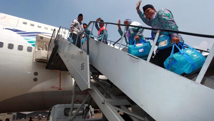450 Jamaah haji kloter pertama embarkasi Jakarta diberangkatkan ke Tanah Suci. Selain Menag Suryadharma Ali dan Dirut Garuda Indonesia Emirsyah Satar, Gubernur DKI Jakarta Joko Widodo juga hadir dalam pelepasan jamaah haji di Bandara Halim Perdanakusumah, Jakarta Timur, Selasa (10/9/2013). File detikFoto.