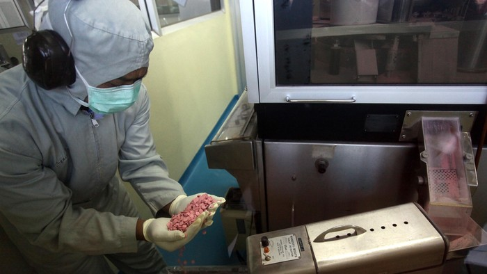 Perusahaan plat merah yang bergerak dalam memproduksi obat-obatan, PT Phapros Tbk, siap meningkatkan produksinya hingga 6 milyar tablet. Berarti tiga kali lebih besar ketimbang sebelumnya yang hanya mampu memproduksi 2 milyar tablet apabila perlluasan pabriknya berjalan lancar.