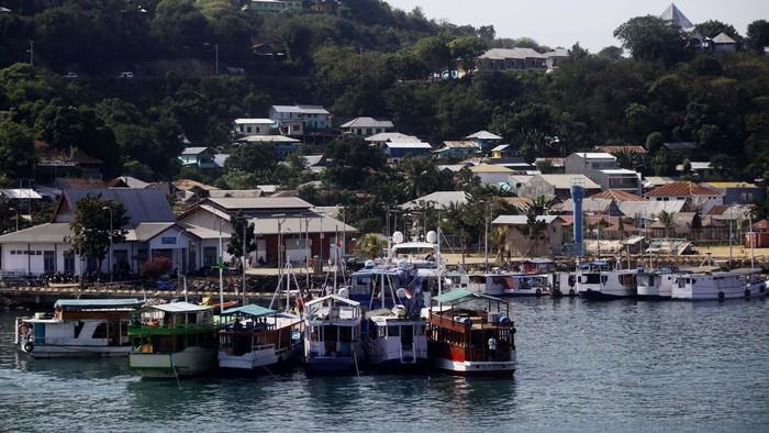 Labuan Bajo adalah sebuah pelabuhan kecil yang sangat menakjubkan. Barisan kapal-kapal nelayan, dengan pemandangan pulau-pulau kecil yang eksotis di belakangnya, seakan memanjakan mata untuk berlama-lama di sini.