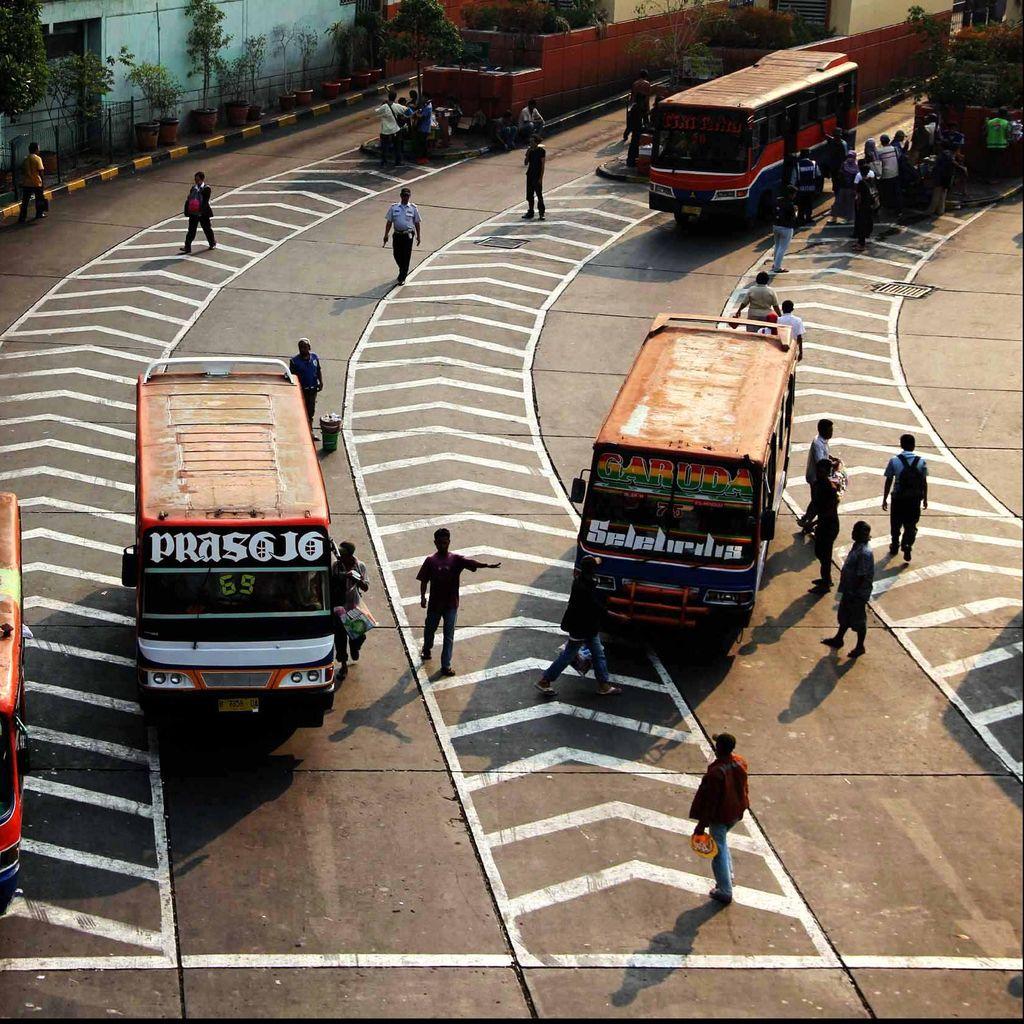 Bus Baru Terhadang Seteru Dua Kubu