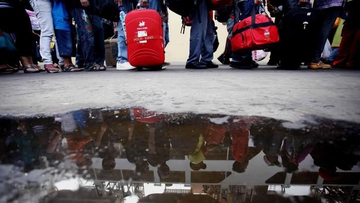 Penumpang KM Kelud antri untuk memasuki kapal di Terminal penumpang, Tanjung Priok, Jakarta, Rabu (15/8). H-4 jelang Lebaran terminal penumpang pelabuhan Tanjung Priok dipadati oleh para pemeudik yang hendak pulang ke Belawan Sumatra Utara.