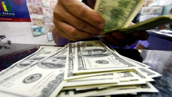 Nilai tukar rupiah terhadap dolar AS yang sempat diperdagangkan di level Rp 10.400 pada pagi tadi kini bergerak liar hingga level Rp 10.700. Hingga Siang hari ini, Selasa (20/8/2013) Beberapa Bank menjual valasnya dengan harga di atas Rp 11.000.