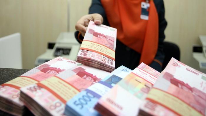 Nilai tukar rupiah terhadap dolar AS yang sempat diperdagangkan di level Rp 10.400 pada pagi tadi kini bergerak liar hingga level Rp 10.700. Pihak BNI pun mematok harga jual di Rp 10.950 per dolar AS. Berdasarkan kurs jual yang tercatat di website BNI hingga pukul 12.00 WIB, langsung menaikkan kurs jualnya di level Rp 11.050.
