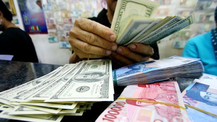 Ilustrasi rupiah dan dolar AS/Foto: Rachman Haryanto