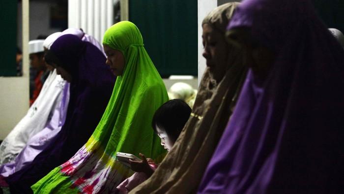 Sejumlah umat muslim Muhammadiyah melaksanakan sholat taraweh di masjid Pusat Dakwah Muhammadiyah, Jakarta, Jumat (27/6/2014). Pengurus Pusat Muhammadiyah menyatakan awal 1 Ramadhan jatuh pada 28 Juni sedangkan pemerintah menetapkan hari Minggu 29 Juni 2014.