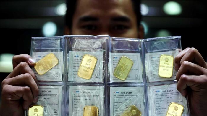 Harga beli emas batangan di Logam Mulia milik PT Aneka Tambang Tbk (Antam) sempat kembali turun hingga Rp 4000/gram. Kini harga yang dijual oleh Antam sebesar Rp 533 ribu/gram.