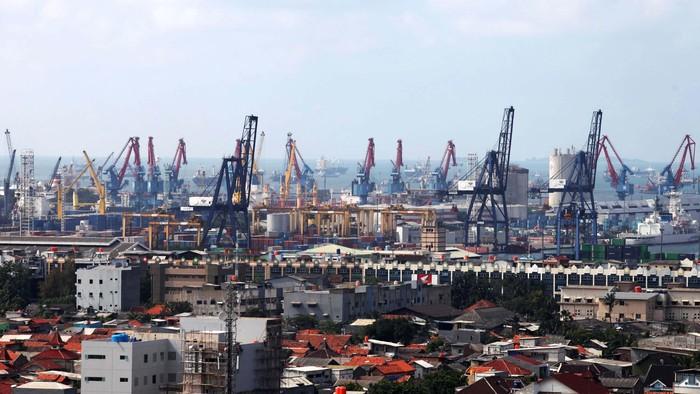 Aktivitas bongkar muat peti kemas di Pelabuhan Tanjung Priok, Jakarta Utara, Selasa (12/2). Kemendag berupaya akan terus membuka akses pasar baru ke sejumlah negara di kawasan Afrika, Asia dan Amerika Latin untuk mencapai target ekspor nasional 2013 yang berkisar 200 juta dolar AS.