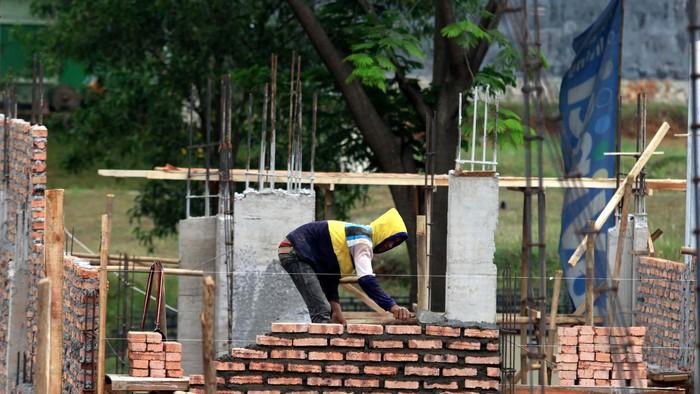 Proses pembangunan rumah Cluster Da Vinci 2 di Kota Legenda Wisata milik PT Duta Pertiwi Tbk member of Sinarmas Land, Cibubur, Jawa Barat. Rencana larangan pengucuran KPR inden untuk rumah kedua dan seterusnya ditolak oleh pengembang.