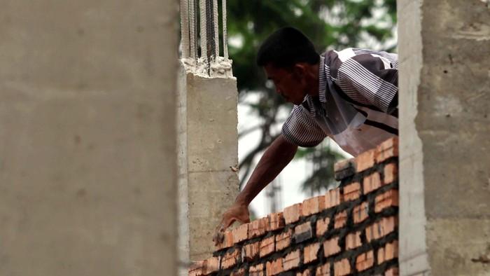 Proses pembangunan rumah Cluster Da Vinci 2 di Kota Legenda Wisata milik PT Duta Pertiwi Tbk member of Sinarmas Land, Cibubur, Jawa Barat. Rencana larangan pengucuran KPR inden untuk rumah kedua dan seterusnya ditolak oleh pengembang. file/detikFoto.