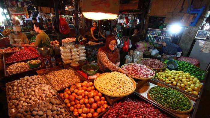 Pedagang menanta barang dagangan bahan makanan di Pasar Senen, Jakarta, Senin (1/7/2013). Badan Pusat Statistik mencatat bahan makanan menyumbang inflasi yang terjadi sebesar 1,17 % pada juni 2013. file/detikfoto