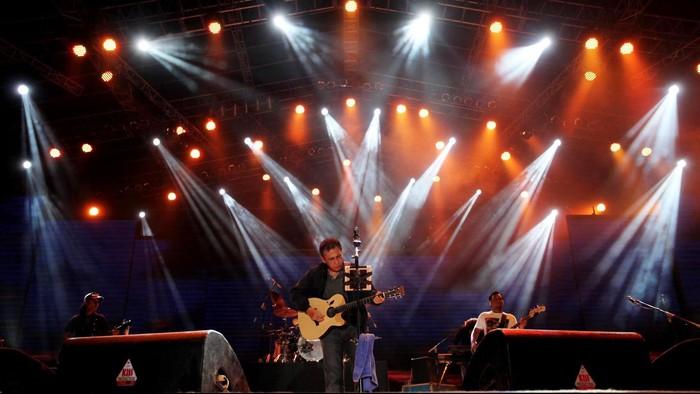 Musisi legendaris Iwan Fals kembali menghibur ribuan pengunjung dan OI di ajang tahunan Panggung Musik PRJ, Senin (18/6) malam. Sedikitnya ia membawakan 16 lagu-lagu karya terbaiknya. File/detikFoto.