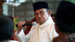 Reza Rahadian Menangis Tiba di Rumah Duka BJ Habibie