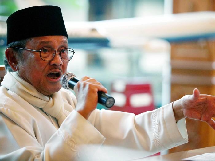 Presiden RI ketiga Burhanuddin Jusuf (BJ) Habibie saat menggelar acara silaturahmi cendekiawan lintas agama di kediaman BJ Habibie, Jakarta (3/8). Dalam kesempatan tersebut Habibie menyinggung pluralisme yang dimiliki Indonesia. File/detikFoto.