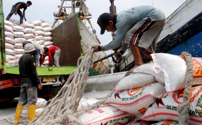 Pekerja menaikan barang-barang ke kapal tradisional di kawasan Pelabuhan Sunda Kelapa, Jakarta Utara, Senin (7/7/2014). Aktivitas pengiriman arus barang di Sunda Kelapa semakin padat, saat memasuki bulan Ramadan dan menjelang Lebaran melalui jalur laut.