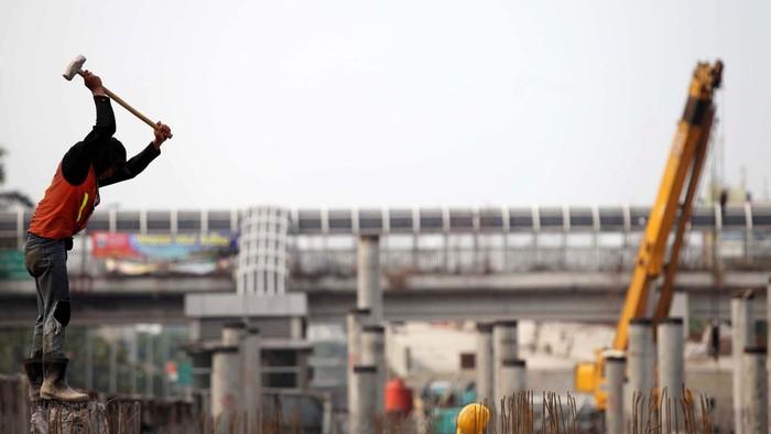 Pekerja beraktivitas dalam proyek jalan layang akses pelabuhan Tanjung Priok, Jakarta, Senin (22/10). Pemerintah optimistis dapat memenuhi target rancangan kebutuhan dana pembangunan infrastruktur publik 2010-2014 yang mencapai Rp 1.924 triliun.