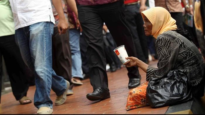 Pengemis meminta sedekah kepada Umat muslim usai menjalankan Shalat Jumat di Halaman Masjid Istiqlal, Jakarta, Jumat (27/7). Maraknya pengemis musiman di bulan puasa memanfaatkan situasi di bulan Ramadhan untuk mendapatkan hasil yang lumayan. File/detikFoto.