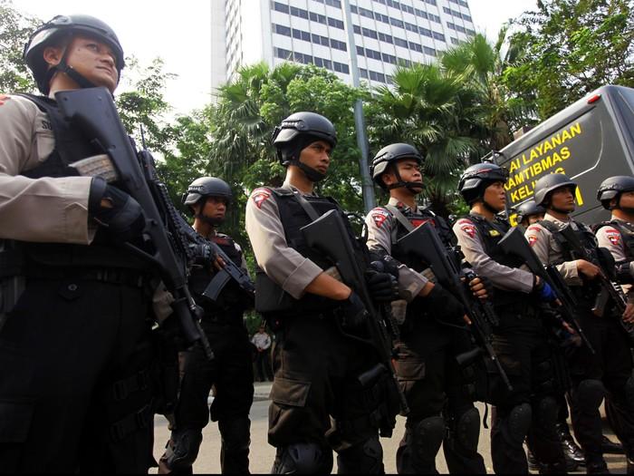 Pasukan Brimob Polri melakukan pengamanan pasca Pemilu Presiden ( Pilpres ) 2014 di sekitar Bundaran HI Jakarta, Kamis (10/7/2014). Hal tersebut untuk mengantisipasi segala kemungkinan yang terjadi pasca pemilihan presiden dimana kedua kubu mendeklarasikan kemenangan.