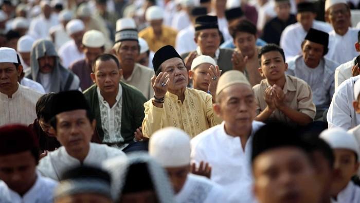 Ribuan umat muslim melaksanakan sholat Ied di Ruas Jalan Jendral Urip Sumoharjo, Matraman, Jakarta, Minggu (19/8). Hari ini seluruh umat Muslim merayakan hari raya idul fitri dengan melaksanakan shalat berjamaah. File/detikFoto.