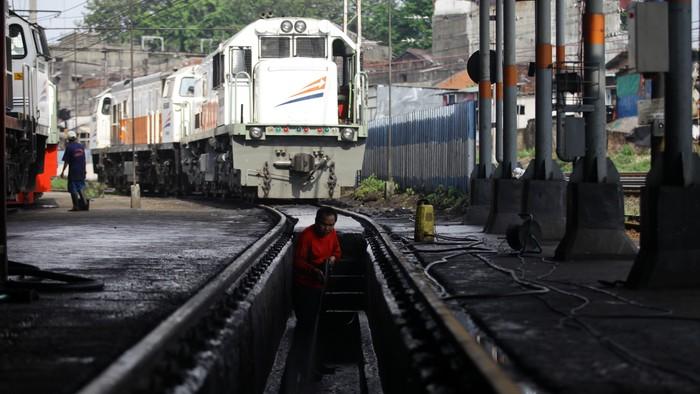 Sejumlah pekerja melakukan proses perawatan kereta lokomotif di Bengkel Kereta Api, Jatinegara, Jakarta, Jumat (11/7/2014). PT KAI Daop 1 dalam rangka mudik lebaran menyiapkan 48 lokomotif dengan jumlah kereta 262 unit gerbong.