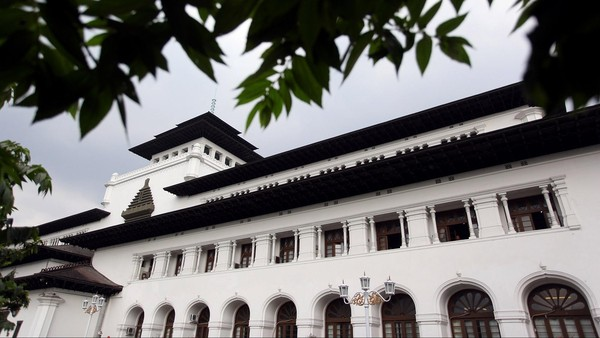 Menariknya, gaya arsitektur gedung yang biaya pembangunanannya mencapai 6 juta Gulden ini juga turut dipengaruhi oleh berbagai budaya lainnya. Seperti pada dinding fasade di depan Gedung Sate yang memiliki ornamen berciri tradisional layaknya bangunan candi-candi Hindu. Selain itu, menara yang berdiri dengan atap bersusun di tengah-tengah bangunan induk Gedung Sate mengingatkan pengunjung pada atap Pagoda maupun Meru di Bali. Rengga Sancaya/Dok. Detikcom.