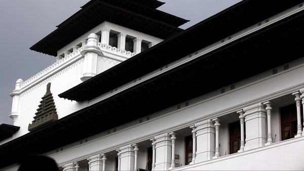 Perpaduan gaya arsitektur Barat dan Timur pada Gedung Sate ini pun membuat bangunan ini menjadi salah satu bangunan bersejarah yang disebut memiliki bentuk yang tak hanya menawan tetapi juga penuh makna.