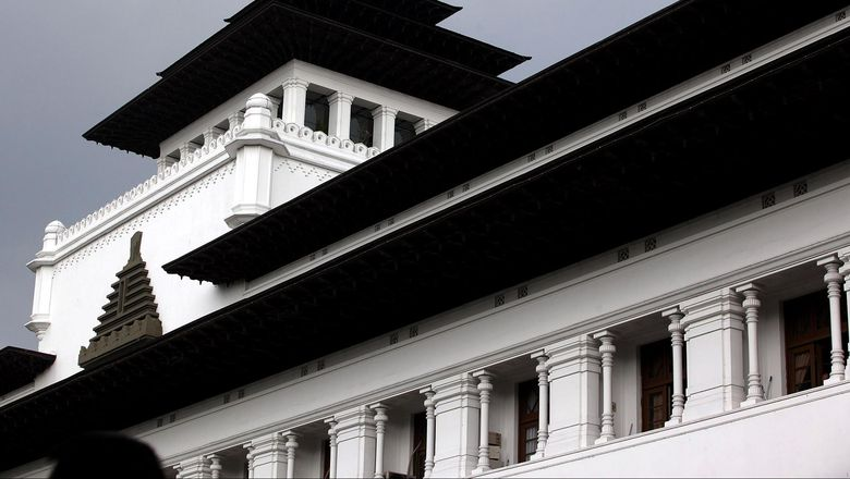 Dalam usianya yang semakin beranjak senja, tidak memudarkan sosok kemegahan dan pesona keindahan arsitektur bangunan tua Gedung Sate, Kota Bandung, Jawa Barat. Gedung Sate, merupakan karya monumental dari arsitek Ir. Gerber.